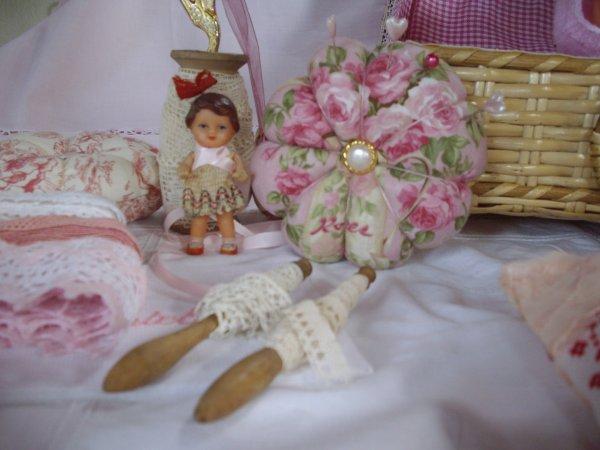 Trésors de boîte à couture Rose et petits poupons