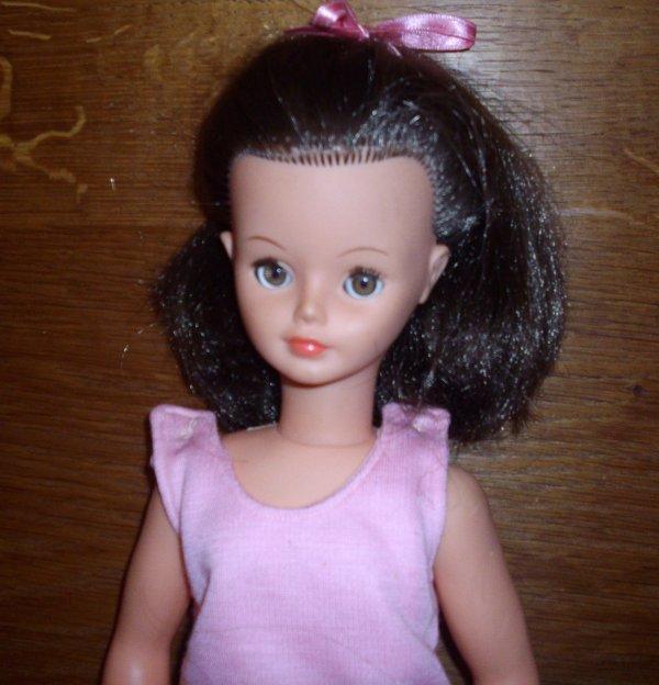 Une jolie poupée sans nom qui ressemble étrangement à une Cathy de Bella