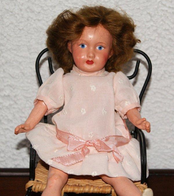 Une petite poupée en composition