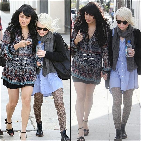 """. 13 Décembre 2009__Emily et Vanessa Hudgens quittant """" l'Ameo café """" puis se promenant à Los Angeles      ."""