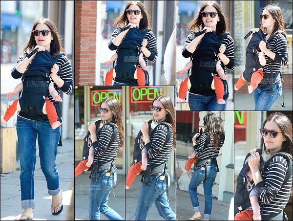 07.06.2015 - Rachel a été photographiée sortant d'un magasin et cachant le visage de son petit bébé  Briar Rose.