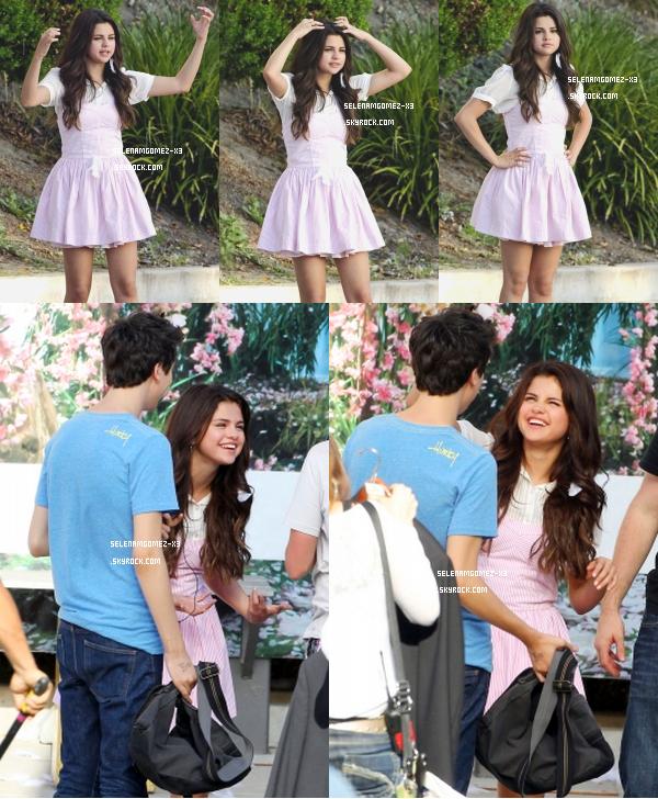 10 aout 2012 : Selena sur le tournage de son film.    Selena été aperçu sur le tournage de son nouveau film dans le quartier de Sherman Oaks de Los Angeles. Elle a été vu alors qu'elle embrassait Natt Wolf pour le film.