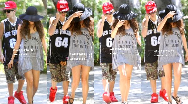 13 aout 2012 : Selena et Justin promenade en amoureux.    Selena été aperçu avec Justin habillée d'une manière très relax alors qu'ils se rendaient dans la maison de Selena à Los Angeles.