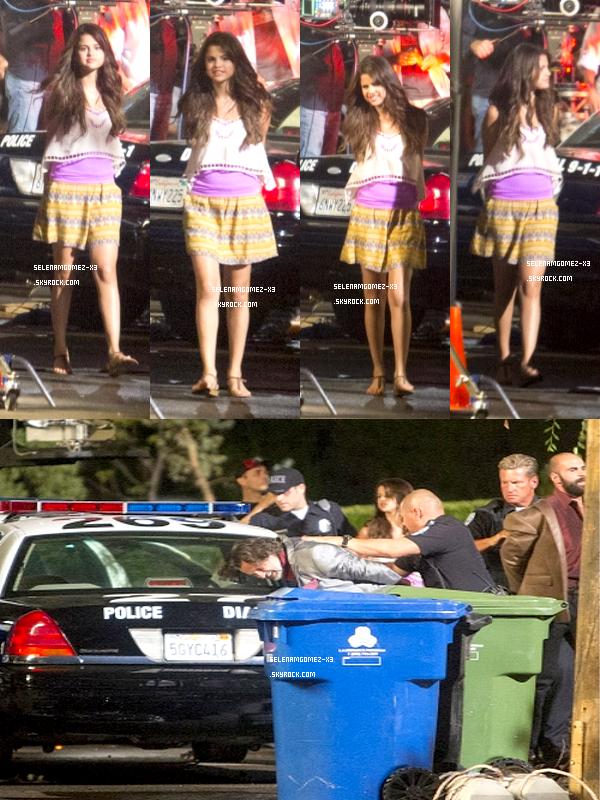 15 aout 2012 : Selena sur le tournage de son film.    Selena été aperçu sur le tournage du film Parental Guidance alors qu'elle tournait une scène (probablement une arrestation vu les photos).
