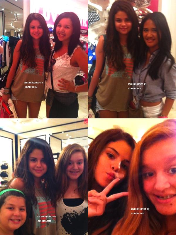 18 aout 2012 : Selena et ses fans.    Selena a été aperçu au centre commercial ou quelque fans ont prient quelque photo avec notre belle Selena.