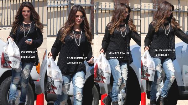 24 aout 2012 : Selena quitte KFC.   Selena a été aperçu hier en pleine forme, souriante de KFC à Los Angeles. Puis, notre belle Selena a été a été aperçue le même jour alors qu'elle faisait du shopping à Nordstrom, sur la vallée de San Fernando à Los Angeles en Californie