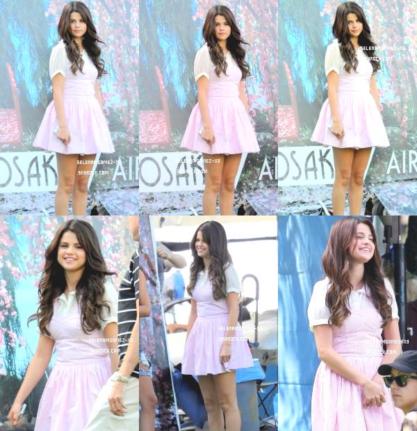 27 aout 2012 : Selena sur le tournage de Feed The Dog.   Selena a été aperçu sur le tournage de Feed The Dog alors qu'elle tournait une scène dans une robe qui lui va super bien !