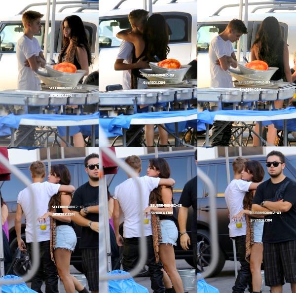 29 aout 2012 : Selena sur le tournage de Feed The Dog avec Justin.   Selena a été aperçu sur le tournage de Feed The Dog avec Justin. Ils sont super mignons tout les deux !