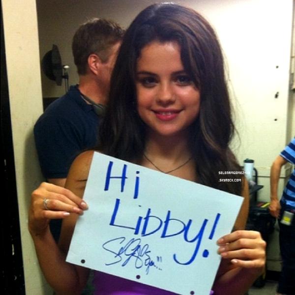 """Photos personnelle.   Les deux premières photos ont été prise alors qu'elle était sur le set de son film Feed The Dog en compagnie de son petit ami Justin. Et une photos de Selena qui fait un """"shoutout"""" a une de ses fans. T'es mingnonne Sel ! ♥."""