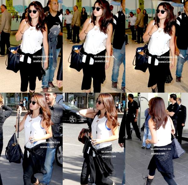 2 septembre 2012 : Selena à Paris !   Selena est arrivé à Paris hier dans l'après midi en compagnie de sa mère Mandy. Elles ont étaient vu alors qu'elles arrivaient dans leur hôtel parisien.