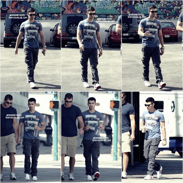 .01.09.11 Joe et son  Bodyguard se promenaient dans les rues de West Hollywood .
