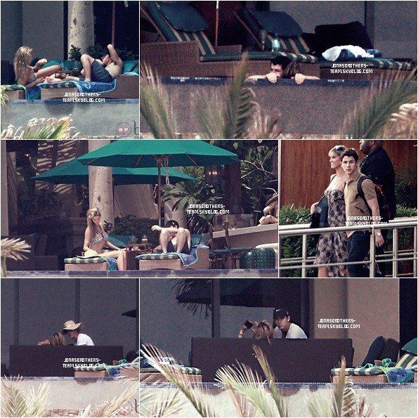 .04.09.11 Nick et Delta passant un moment de détente en amoureux à Los Cabos, Mexique .