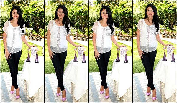Découvrez un photoshoot de Selena réalisé pour la promotion de son nouveau parfum.