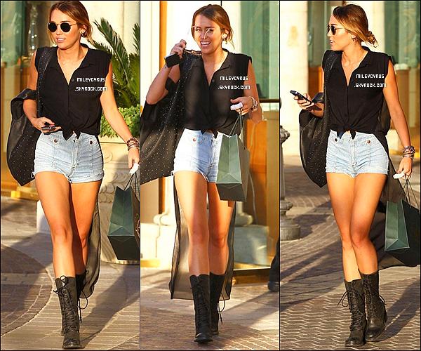 19/04/12 - Miley sortant de chez Polacheck's Jewelers dans Calabasas à Los Angeles en Californie.