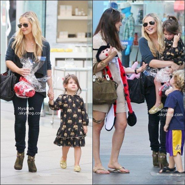 . 04/11/2012 : Sarah et Charlotte était avec une amie et son fils faisant du shopping tout en étant aperçut quittant un restaurant a Los Angeles .