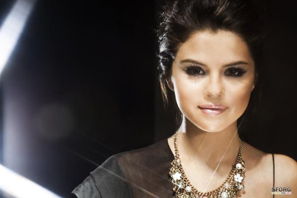 """.  Photoshoot: Selena Gomez  A l'occasion de la sortie de son nouvelle album, la belle s'est vu offrir l'un des plus beau photoshoot de l'année. Elle est tout simplement magnifique ! A vous de juger ! Je suis bien contente qu'elle devient de plus en plus célèbre car elle le mérite ! Elle est très talentueuse. Ecoutez deux extraits de son nouvel album """" Round & Round"""" pour le rythme de la chanson & """" A year Without Rain """" pour la beauté du clip   ."""