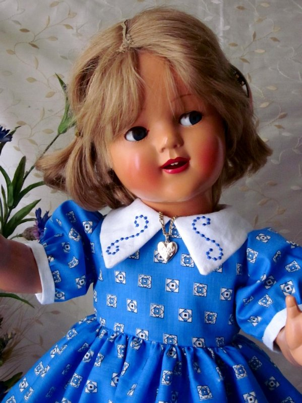 Robe bleue brodée pour ma poupée Raynal