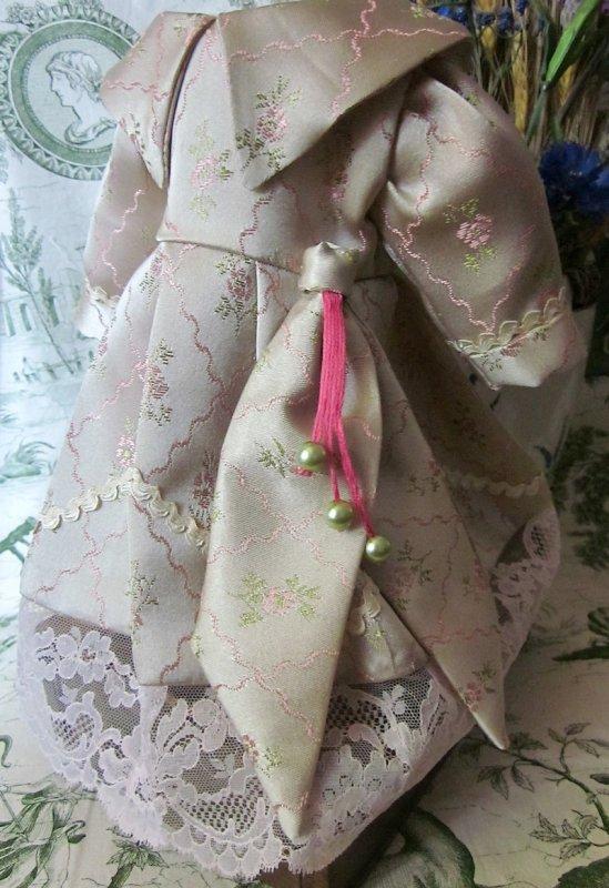 Robe à dentelles pour poupée ancienne