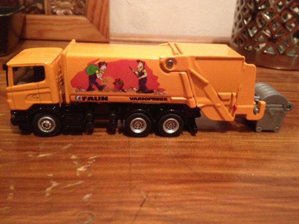 La commune et ses environs ont reçu leur tout nouveau camion poubelle