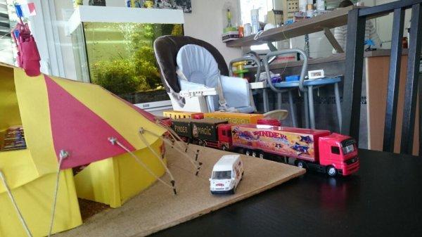 Les camions techniques et logements du personnel