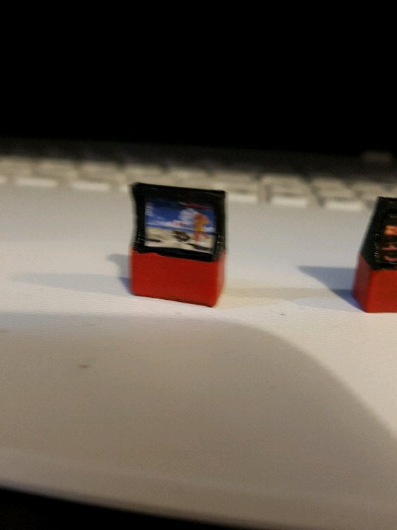 Mise en peinture et déco des jeux d'arcade pour le stand de jeux vidéos