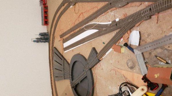 Le dépôt : poses des voies et début du câblage