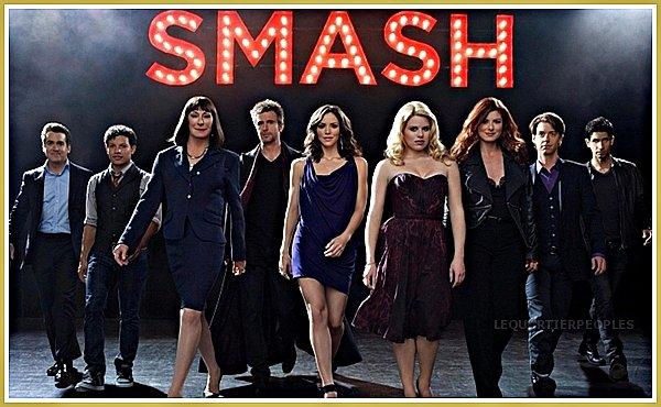 """Découvrez la série américaine : SMASH !   Smash est une série autour d'un groupe de personnes qui souhaitent réaliser une comédie musicale, basée sur la vie de la belle Marilyn Monroe. L'occasion de découvrir la mise en place et les coulisses d'un événement d'une telle ampleur. Karen Cartwright (Katharine McPhee) et Ivy Lynn (Megan Hilty) eux jeunes femmes possédant une voix exceptionnel veulent décrocher le rôle de Marilyn Monroe. Mais qui entre Karen et Ivy décrochera le rôle ?   Connais-tu la série """"SMASH"""" ? Si oui, donne-moi tes impressions."""