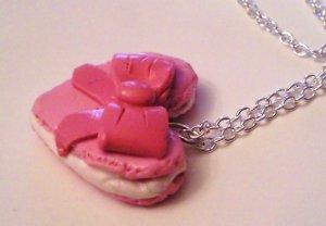 Pendentif macaron en forme de coeur rose