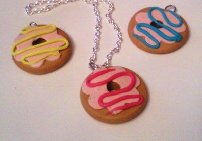 Pendentifs donuts glaçage bleu, rose ou jaune