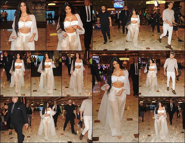 - -• 05/05/18-' : Kim Kardashian-West a été photographiée à l'entrée de l'hôtel-casion « MGM Grand », situé à Las Vegas.Kim K. se rendait une fois de plus à un concert de Cher, ce qui explique à nouveau ce choix de tenue similaire à celle de la chanteuse. C'est un petit top ! -