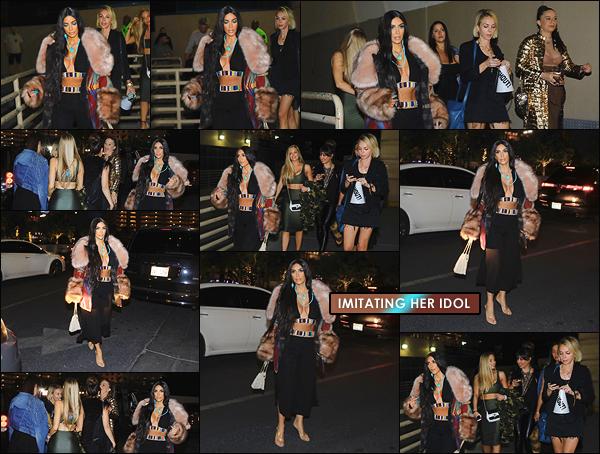 - -• 04/05/18-' : Kim K. a été photographiée à Las Vegas avec des copines où elle se rendait au concert de son idole, Cher.Kim Kardashian-West s'est mise en mode Cher, pour assister au concert de la chanteuse. Je n'aime pas du tout cette tenue, c'est donc un flop pour Kim ! -
