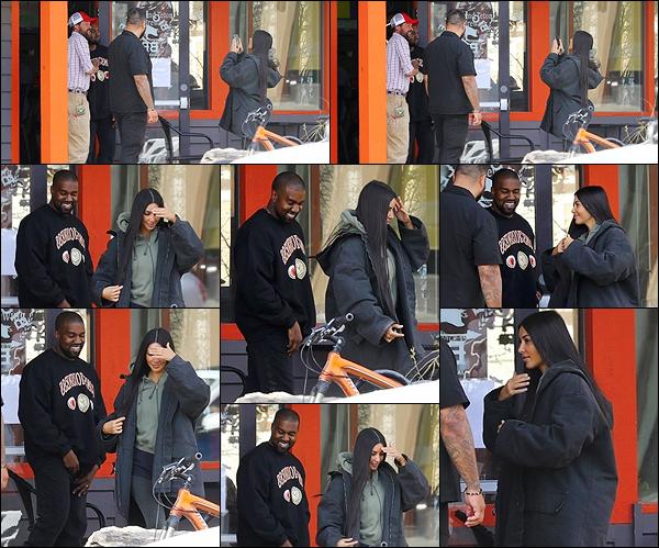 - -• 09/05/18-' : Kim Kardashian a été photographiée alors qu'elle se promenait dans le Wyoming avec son mari Kanye W.Le couple semblait très heureux, on peut voir Kim K. photographier un fan avec son mari. 'Elle était en mode décontractée, ce n'est pas la grande classe. -