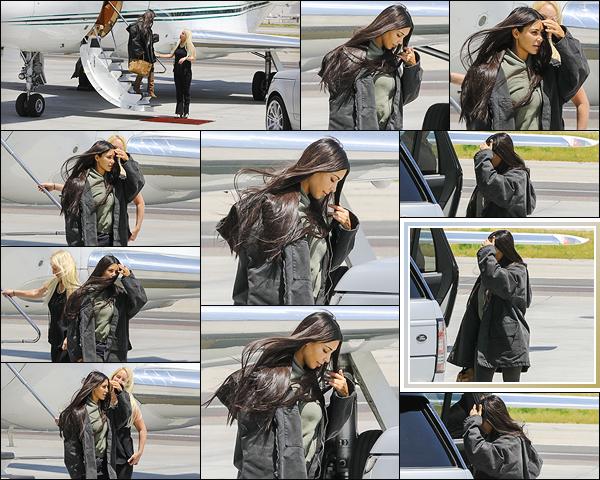 - -• 10/05/18-' : Kim Kardashian-W. a photographiée alors qu'elle atterrissait à « Van Nuys Airport », situé à Los Angeles.C'est une Kim Kardashian démaquillée et vêtue tel un sac à patates que l'on retrouve à Los Angeles. C'est un flop pour Kim K. mais ça reste pardonnable. -