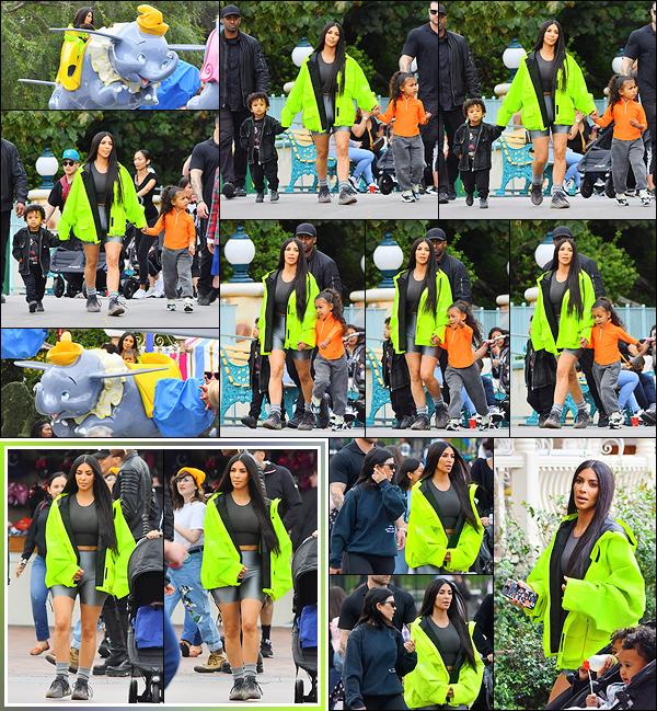- -• 22/05/18-' : Kim et sa s½ur Kourtney ont été photographiées avec leurs gosses à « DisneyLand », situé en Californie.Kim avait l'air de passer un bon moment avec ses enfants dans les différents manèges. Ils portent tous des vêtements signés Yeezus. C'est un petit flop ! -
