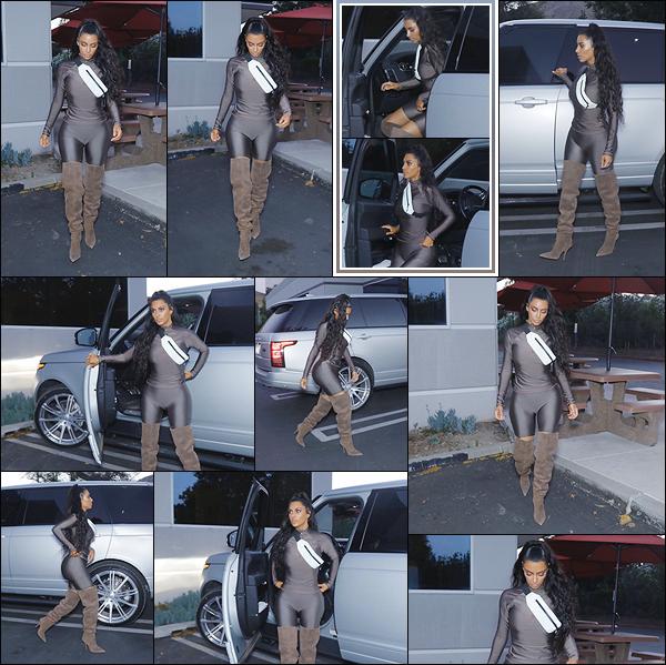 - -• 03/07/18-' : Kim Kardashian-West a été photographiée par les paparazzis allant se chercher un dîner à emporter à LA.Encore une fois, la brune aux formes généreuses porte une tenue crée par son époux, Kanye West. J'aime presque tout, le haut me gêne... C'est un bof ! -