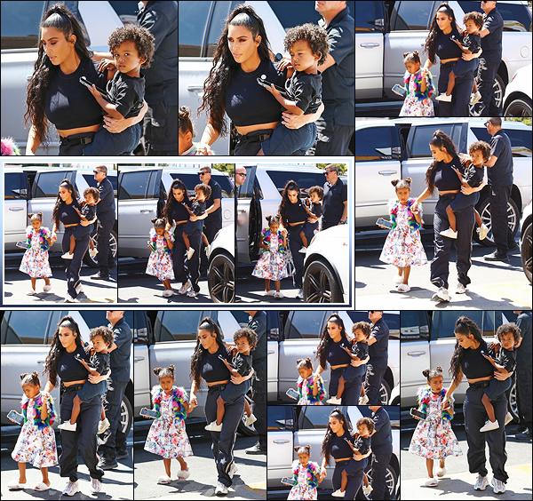 - -• 13/07/18-' : Kimberly et ses enfants ont été photographiés à l'entrée du « Carousel Restaurant », situé à Los Angeles.Bien qu'il soit basique, je valide totalement le look de la jeune maman, c'est un gros  top! J'adhère moins à celui de North qui est trop chargé à mon goût. -