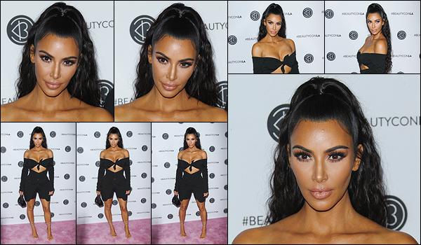 - -• 15/07/18-' : Kim Kardashian était présente pour le deuxième jour des « BeautyCon Festival », qui se déroulaient à LA.La jolie maman a su, encore une fois, mettre ses formes en valeur... J'aime sa tenue, même si j'aurais préféré que le bas soit une jupe au lieu d'un short. -