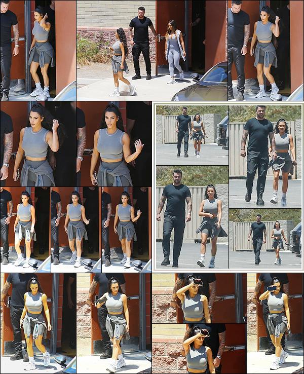 - -• 16/07/18-' : Kimberly visitait des studios avec Malika Haqq à l'occasion d'une rencontre avec ses s½urs à Los Angeles.Kim K. portait à nouveau une tenue de sport grise signée Kanye West. J'aime beaucoup le style de la jeune maman depuis quelques temps, c'est un top ! -