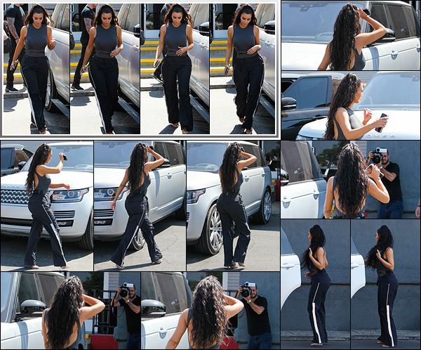 - -• 17/07/18-' : Kim Kardashian-West a été vue se rendant à Woodland Hills (LA), pour une après-midi bowling en famille.La business-woman aurait été rejointe par deux de ses s½urs, Khloe et Kourtney. J'aime son look bien qu'elle semble accro à cette coiffure. C'est un top ! -