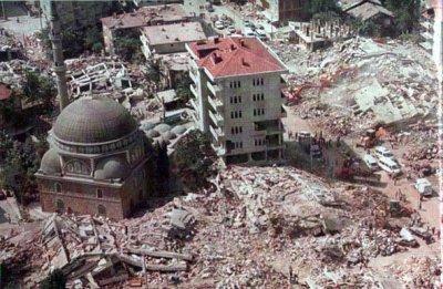 aussi une mosquée Masjid inchangé par Earthquake en Turquie