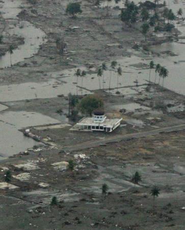 Stand indonésien de Mosques par le tremblement de terre et le Tsunami
