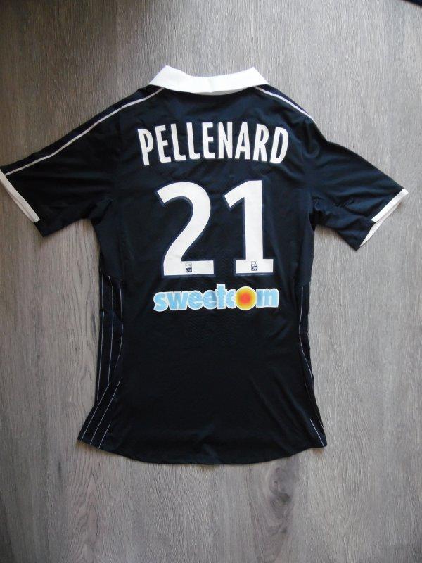 Maillot 2016-2017 porté par Théo Pellenard ( remplacant ) lors du match Bordeaux Guigamps 3-0 Maillot avec le logo des Ultramarines Bordeaux 1987 pour feter leurs 30 ans .