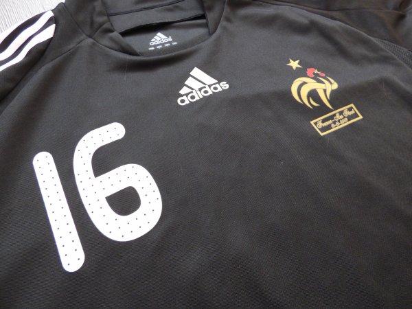 Maillot préparé pour Cédric Carrasso pour le match de Qualification pour la Coupe du Monde 2010 Contre les Iles Féroés Au Stade du Roudourou à Guigamp le Samedi 10 Octobre 2009 Score 5-0 Carrasso était Résèrviste