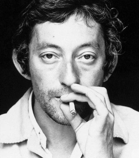 Serge Gainsbourg, toujours avec sa cigarette.