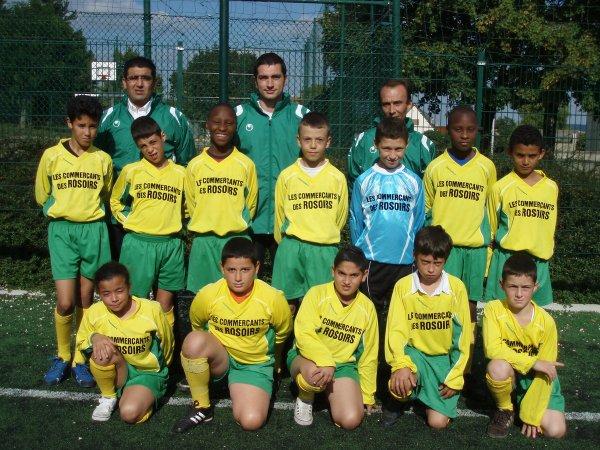 Mon fils avec son équipe de foot à gauche du gardien et mon homme le 3ème derrière