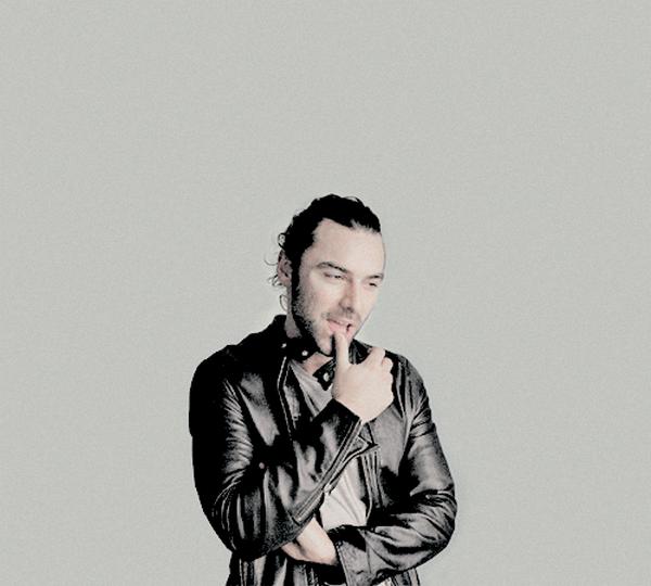 28 février 2015 : Photoshoot d'Aidan pour The Independent par Justin Sutcliffe / Couverture du magazine RadioTimes et Photoshoot par Sarah Dunn