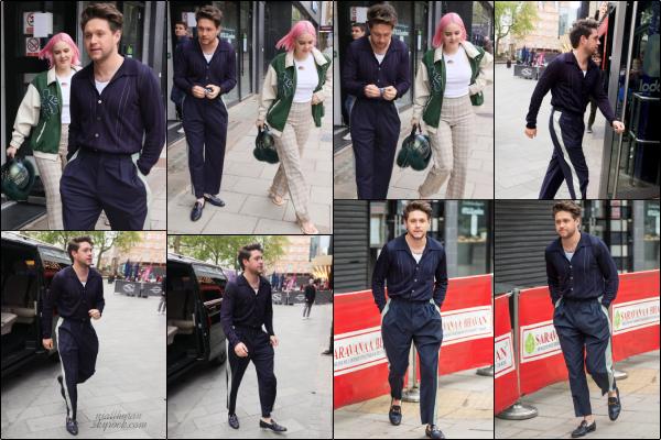 . 20.05.21 : Niall a été aperçu se rendant aux Global Radio Studios à Londres, en compagnie de la chanteuse Anne-Marie ! PROMOPour cette journée promotion, Niall a porté une belle tenue bleue marine. Toute en élégance, c'est un gros top. Et pour vous ? .