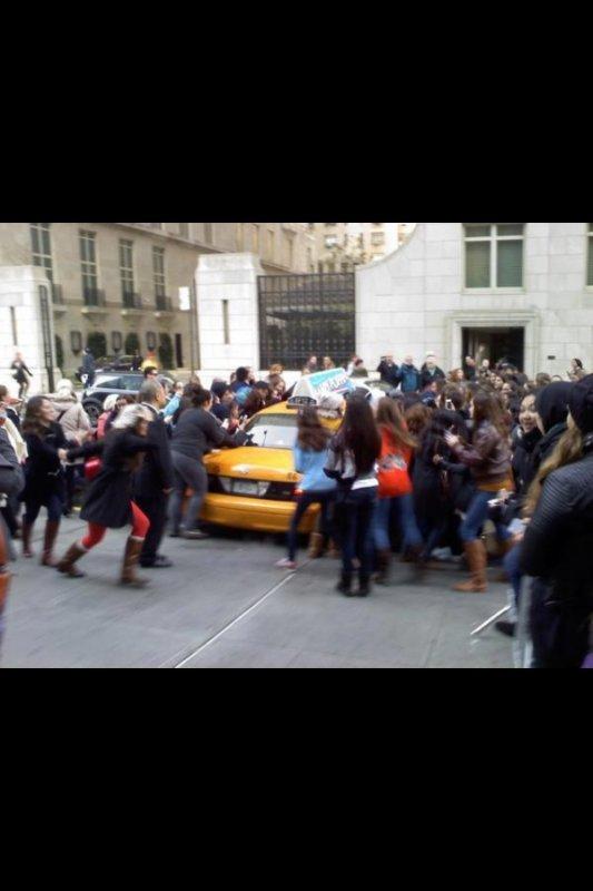 Niall dans le taxi, Son taxi a écrasé le pied d'une Directioner et malhereusement il ne pouvait pas sortire.