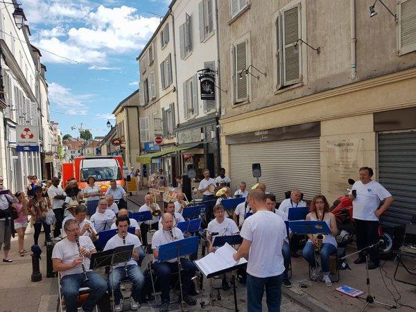 L'orchestre de l'harmonie Briarde ! 🎶 Pour la fete des Roses, en direct sur la place du Marché ! 2017