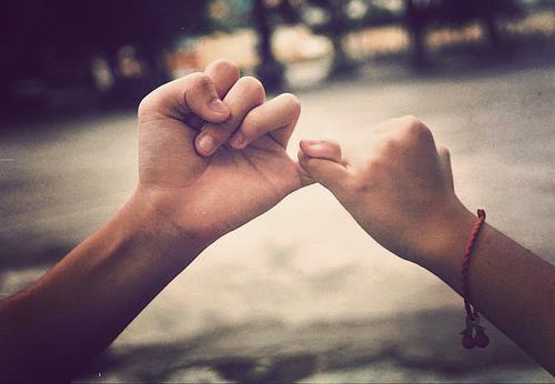 """"""" Quand on rencontre quelqu'un, c'est signe qu'on devait croiser son chemin, c'est signe que l'on va recevoir de lui quelque chose qui nous manquait. Il ne faut pas ignorer ces rencontres. Dans chacune d'elles est contenue la promesse d'une découverte. """""""